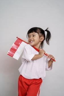 Azjatycki maluch z flagą indonezji