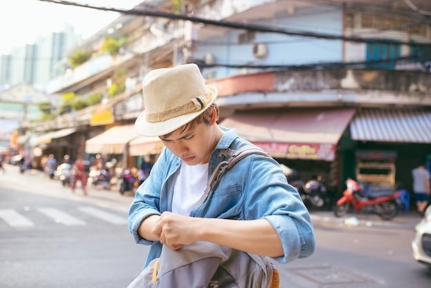 Azjatycki męski podróżnik zdenerwowany. zgubiłem jakąś ważną koncepcję na ulicy.