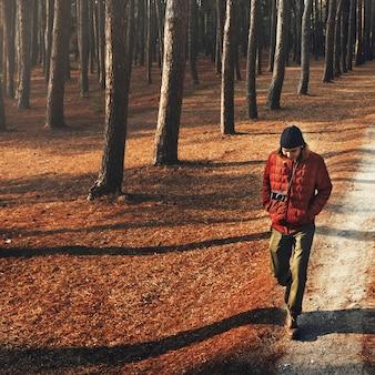 Azjatycki mężczyzna chodzi trekking w drewnie