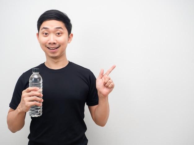 Azjatycki mężczyzna czarna koszula trzyma palec wskazujący butelkę wody na białym tle