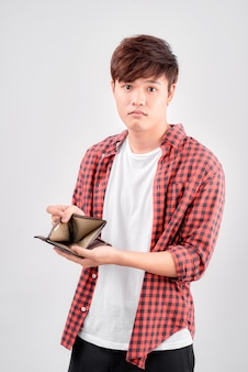 Azjatycki mężczyzna czuje się smutny z portfelem w ręku na białym tle na białym tle