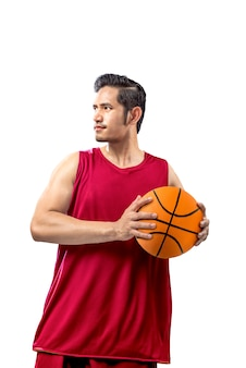 Azjatycki mężczyzna gracz koszykówki trzyma piłkę