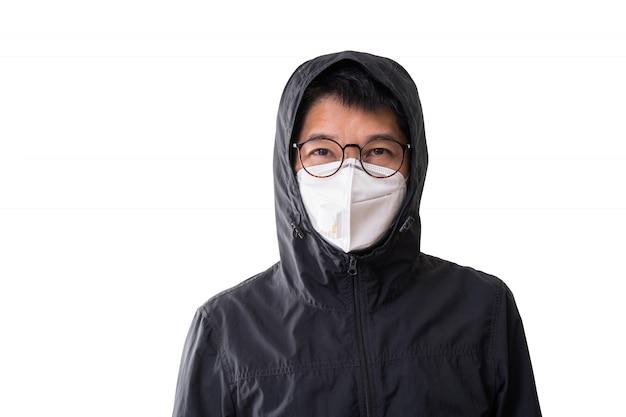 Azjatycki mężczyzna jest ubranym chirurgicznie maskę zapobiegać grypowej choroby korony słonecznej wirusowi i pm 2,5 pyłu odizolowywającemu na białym tle, ścinek ścieżka