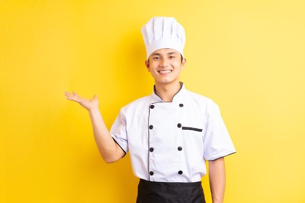 Azjatycki mężczyzna kucharz na żółto