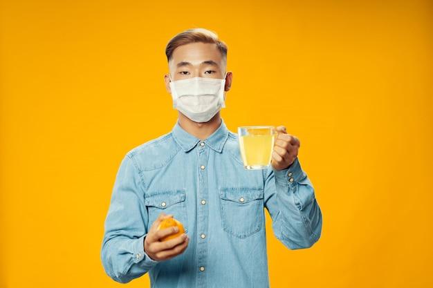 Azjatycki mężczyzna na jaskrawej kolor powierzchni pozuje modelu, coronavirus