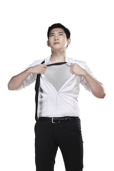 Azjatycki mężczyzna otwiera jego koszula odizolowywającą nad białym tłem