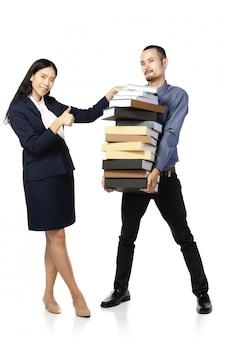 Azjatycki mężczyzna otwierał usta ubierał w formalnej odzieży z książkami.