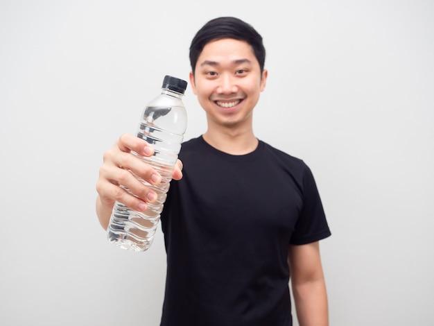 Azjatycki mężczyzna pokaż butelkę wody szczęśliwy uśmiech białe tło