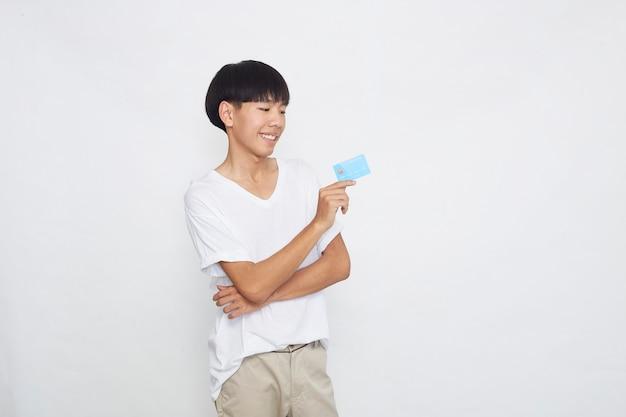 Azjatycki mężczyzna pokazuje koncepcję płatności kartą kredytową na białym tle na białej powierzchni
