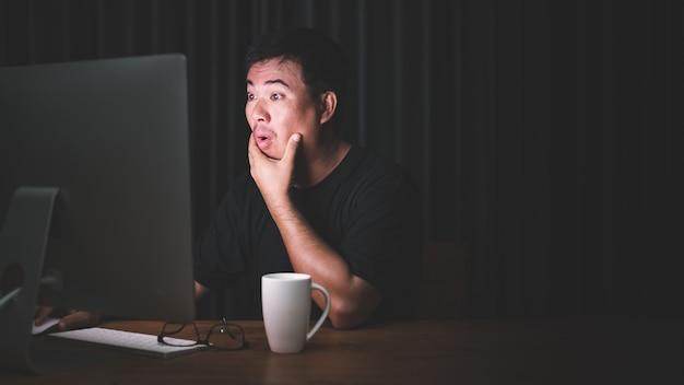 Azjatycki mężczyzna pracujący na komputerze