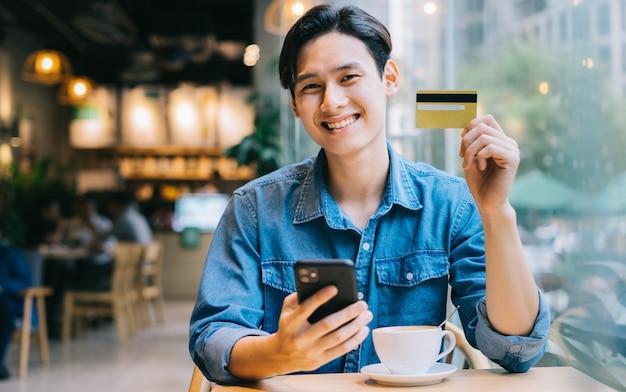 Azjatycki mężczyzna pracujący w kawiarni w weekend