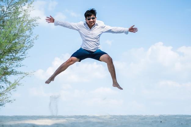 Azjatycki mężczyzna skaczący ruch postaci