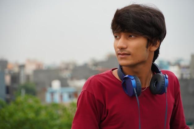Azjatycki mężczyzna słuchający muzyki ze słuchawkami