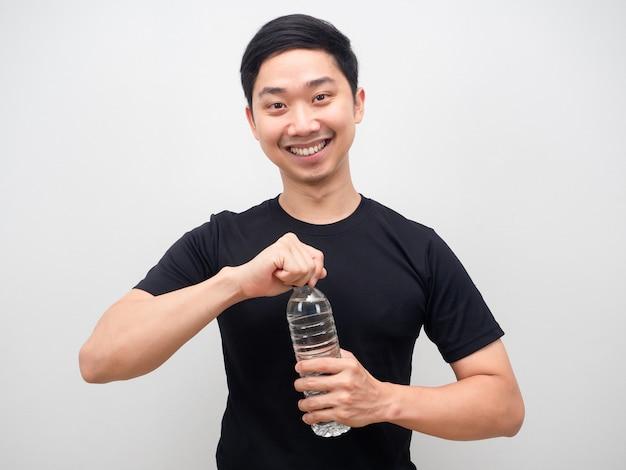 Azjatycki mężczyzna szczęśliwy uśmiech otwierający butelkę z wodą