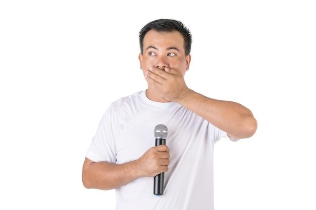 Azjatycki mężczyzna trzyma mikrofon bezprzewodowy i nie mówi