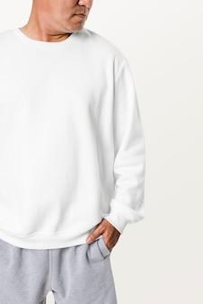 Azjatycki mężczyzna ubrany w biały sweter z bliska