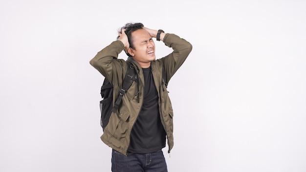 Azjatycki mężczyzna ubrany w torbę zdezorientowany i sfrustrowany białą przestrzeń