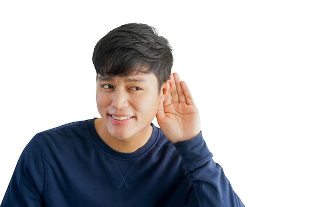 Azjatycki mężczyzna uśmiecha się i używa ręki za uchem do słuchania w języku migowym