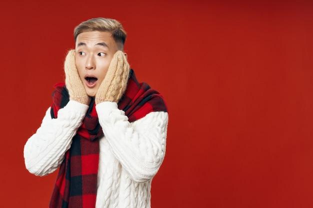 Azjatycki mężczyzna w ciepłej zimy odzieżowy pozować