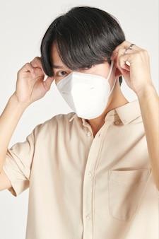 Azjatycki mężczyzna w makiecie maski na twarz