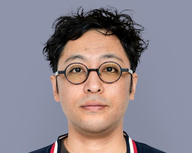 Azjatycki mężczyzna w okularach portret, uśmiechnięta twarz z bliska