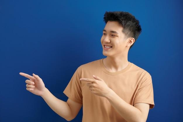 Azjatycki mężczyzna z dwoma palcami na bok