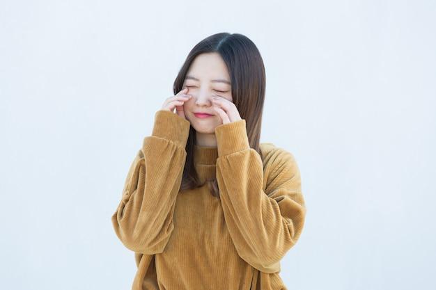 Azjatycki młoda kobieta płacz na białym tle