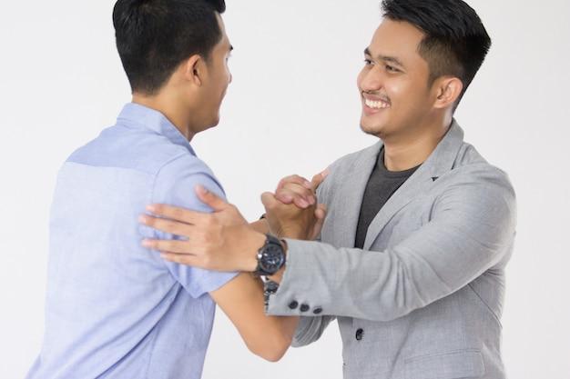Azjatycki młody biznes uścisnąć dłoń