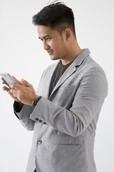 Azjatycki młody biznes z inteligentnym telefonem komórkowym
