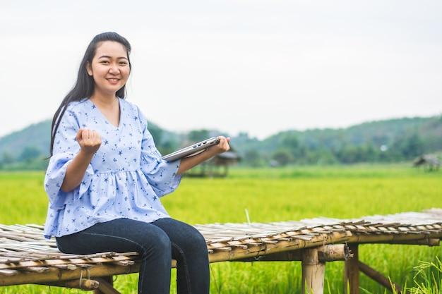 Azjatycki młody bizneswoman pracuje na jej laptopie. cyfrowa ekonomia.