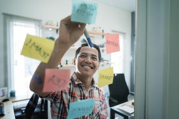 Azjatycki młody człowiek napisał jakieś słowo modelowe