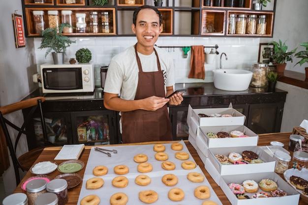 Azjatycki młody człowiek przygotowuje porządek w kuchni