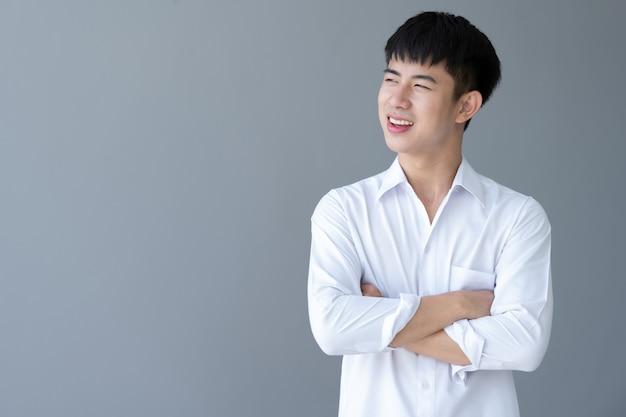 Azjatycki młody przystojny mężczyzna uśmiecha się