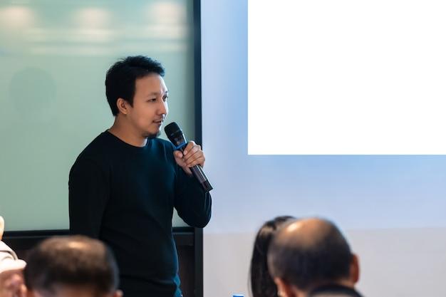 Azjatycki mówca lub wykład z przypadkowym kostiumem na scenie przed pokoju przedstawiać