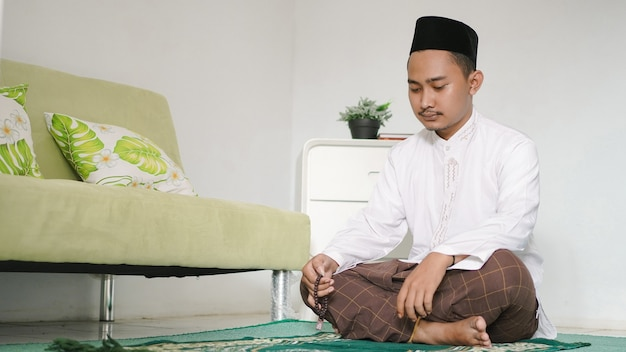 Azjatycki muzułmanin robi dhikr