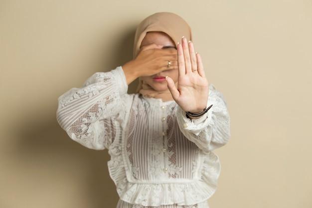 Azjatycki muzułmański hidżab kobieta pokazuje stop ręce gest