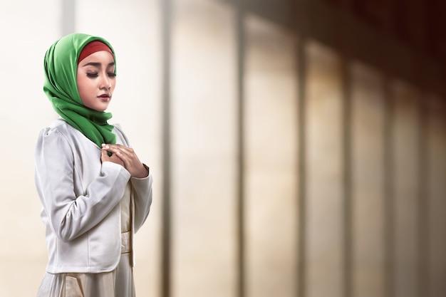 Azjatycki muzułmański kobiety modlenie