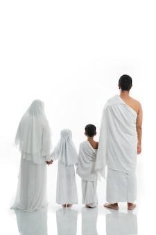 Azjatycki muzułmański rodzinny hadżdż strzelający od tyłu