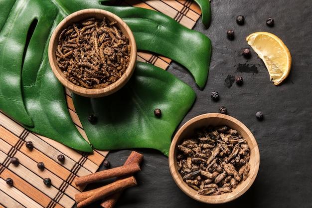 Azjatycki naczynie na monstera liścia odgórnym widoku