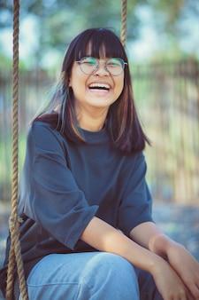 Azjatycki nastolatek śmiejący się ze szczęścia