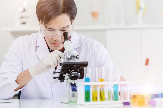 Azjatycki naukowiec lekarz pracujący w laboratorium medycznej opieki zdrowotnej