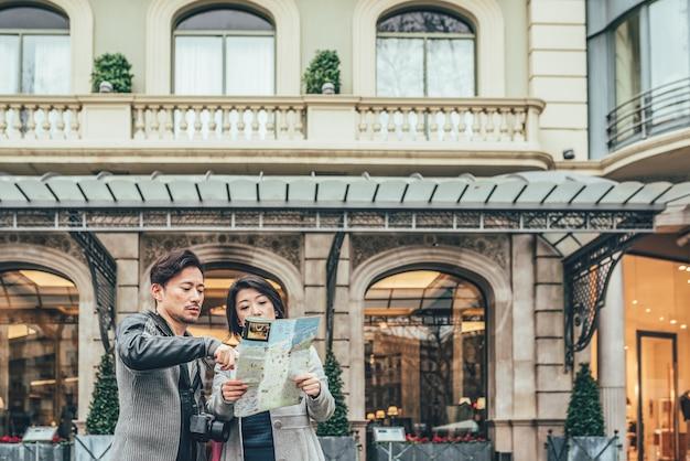 Azjatycki para zakupy kwitnie w barcelona