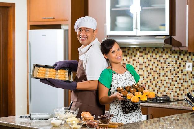 Azjatycki pary pieczenia tort w domowej kuchni