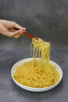 Azjatycki pikantny makaron ryżowy