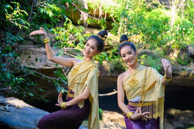 Azjatycki portret pięknej tajskiej dziewczyny w stroju ludowym: taniec tajski.