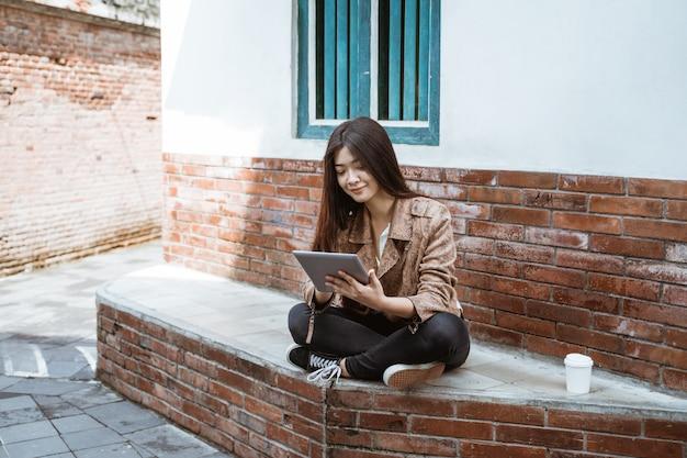Azjatycki przedsiębiorca pracuje na jej pastylce