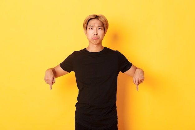 Azjatycki przystojny facet o blond włosach