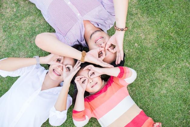 Azjatycki rodzinny styl życia uśmiechający się w ogrodzie.