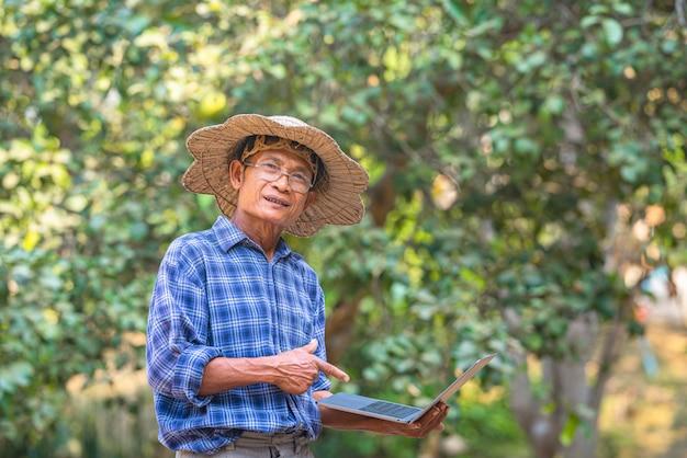 Azjatycki rolnik w polu