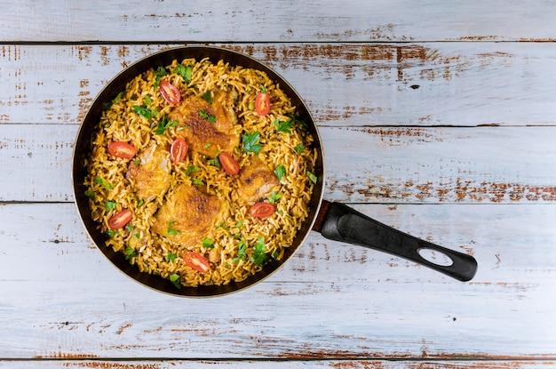 Azjatycki ryż i makaron z kurczakiem i warzywami.